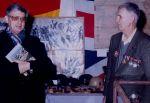 Peet en een Britse bevrijder bij een tentoonstelling over de Tweede wereldoorlog