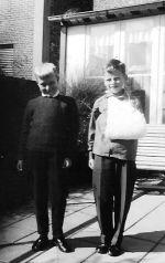 De beide zonen Kees ( links ) en René met zijn zoveelste gebroken arm