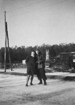 Peet in 1945 met zijn latere echtgenote Marie bij het pompstation in